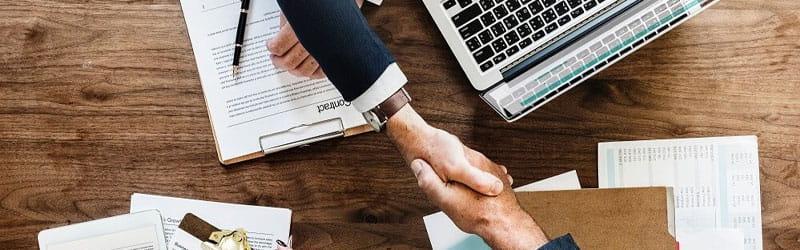 Serrage de mains dans le cadre d'une réunion business