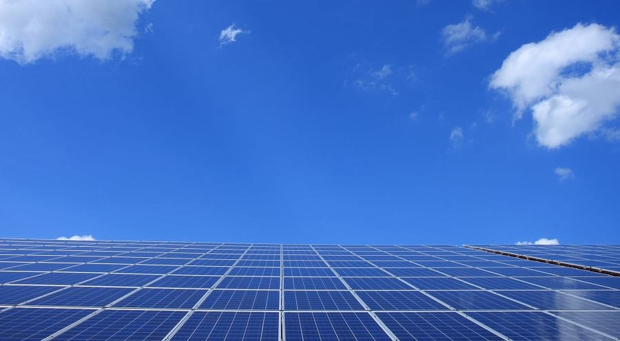 L'énergie solaire est une forme d'énergie renouvelable. Les panneaux solaires permettent de la produire.