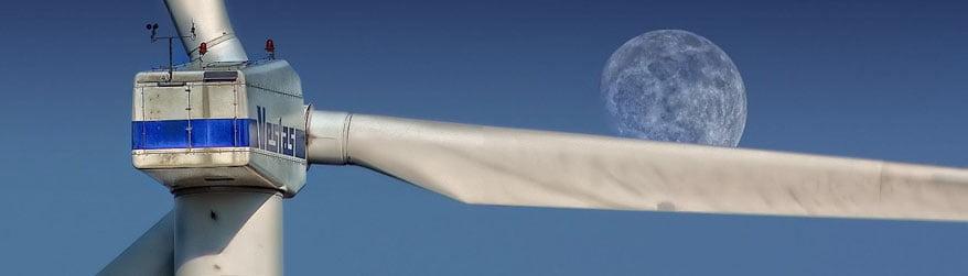 Éolienne Vestas grise sur fond de ciel avec lune