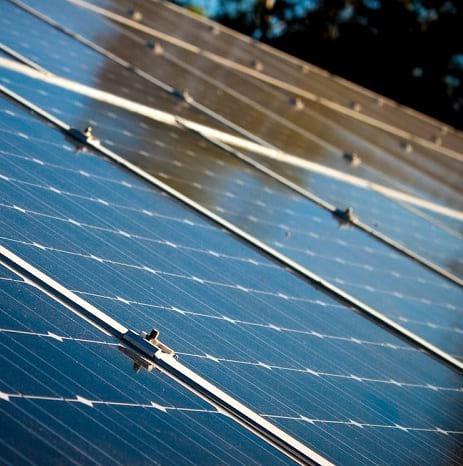 Panneaux solaires au soleil, une des énergies renouvelables