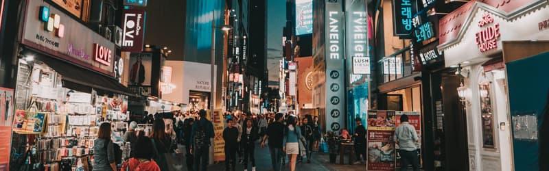 Personnes marchant dans la rue dans une rue de Corée du Sud, un des pays Next Eleven