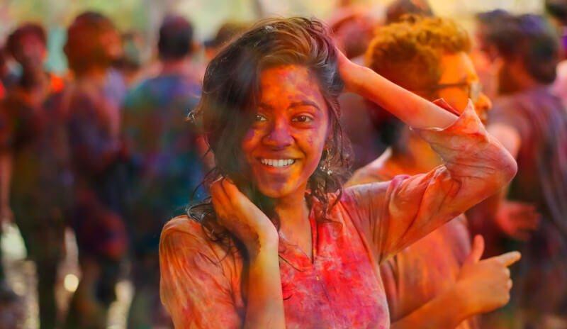 Jeune fille dansant en Inde
