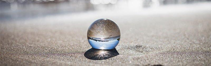 Boule de cristal sur une plage