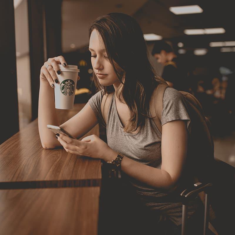 Femme buvant un café dans un magasin Starbucks