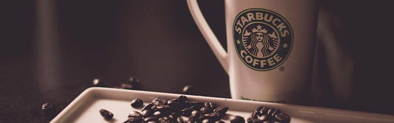 Tasse Starbucks avec des grains de cafés