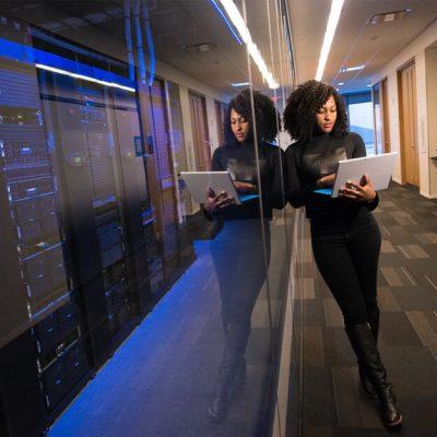 Informaticienne dans un centre de données